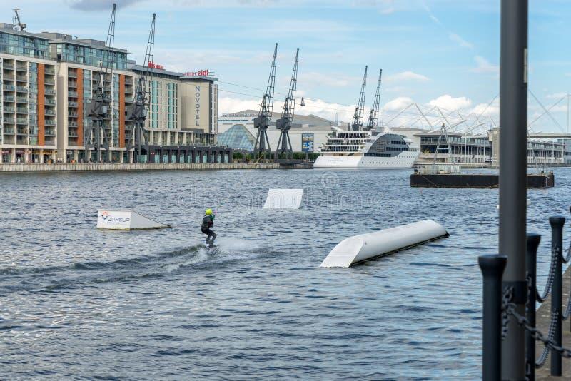 LONDRA - 25 GIUGNO: Wakeboarding a Greenwich del nord in Docklands L fotografie stock