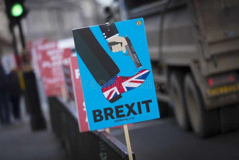 Londra, il Regno Unito, il 7 febbraio 2019, insegna di protesta contro lasciare l'UE e per il voto dei peopes immagini stock libere da diritti