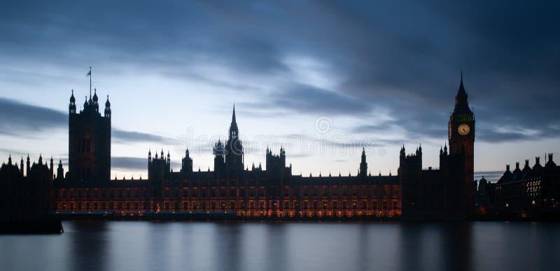 Londra, il Regno Unito - vista panoramica intenzionalmente sotto-esposta delle Camere del Parlamento e Big Ben fotografia stock libera da diritti