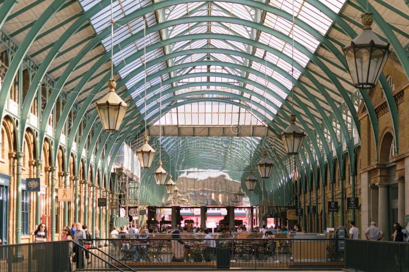 Londra, Inghilterra - 30 agosto 2016: La gente passa il tempo nei corridoi del mercato di Apple del giardino di Covent fotografia stock libera da diritti