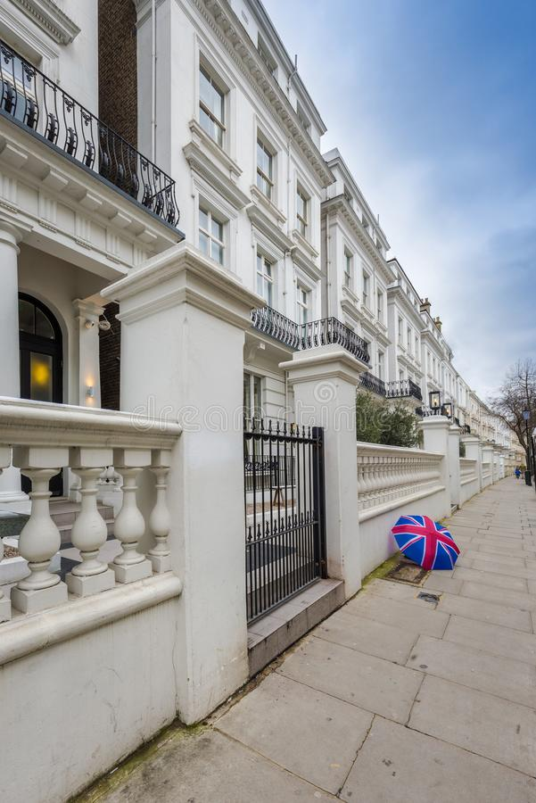 Londra, Inghilterra - case vittoriane bianche tipiche al portone di Notting Hill fotografia stock libera da diritti