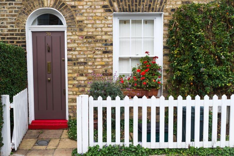 Londra, Inghilterra, Europa - casa britannica tradizionale nel centro urbano fotografie stock libere da diritti