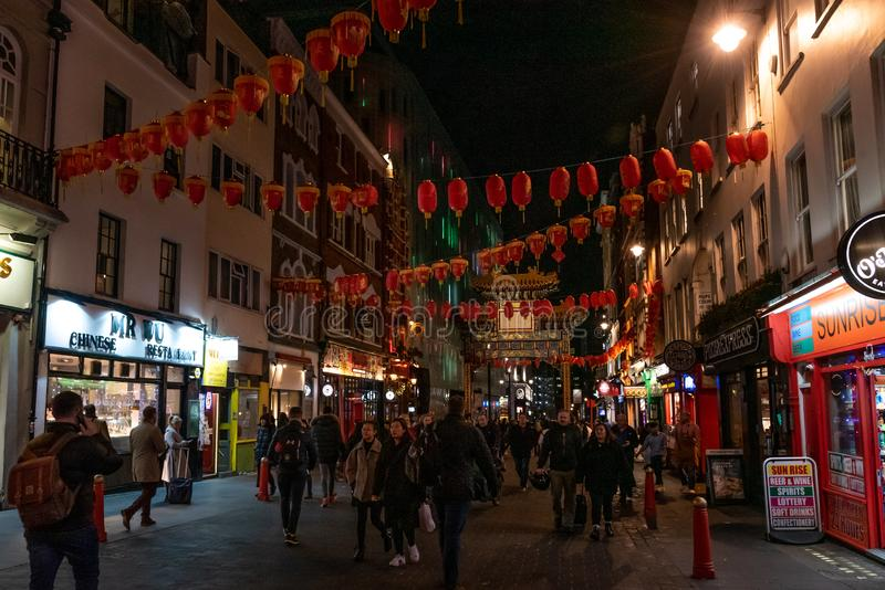 LONDRA, INGHILTERRA, il 10 dicembre 2018: La gente che cammina nella città della Cina, decorata dalle lanterne cinesi durante nat immagine stock