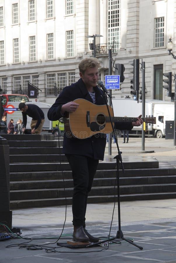 Londra, Inghilterra: 9 marzo 2018: Un artista con un'esecuzione quitar al circo di Piccadilly fotografia stock