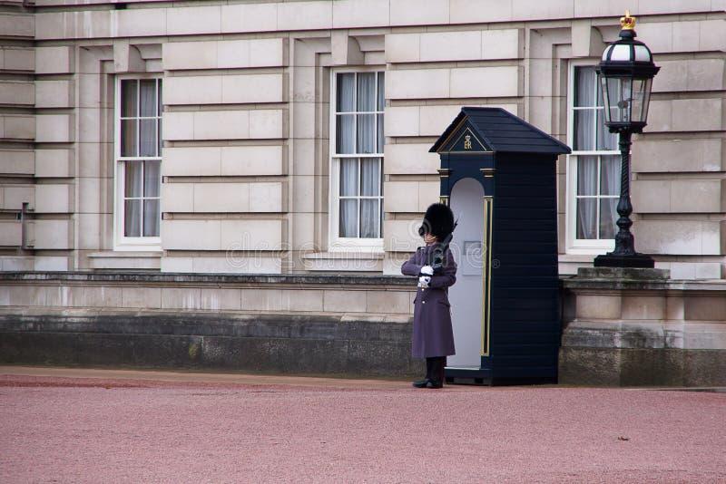 LONDRA, INGHILTERRA - 9 NOVEMBRE 2018: Guardia tradizionale del soldato davanti alla parete di Buckingham Palace fotografia stock
