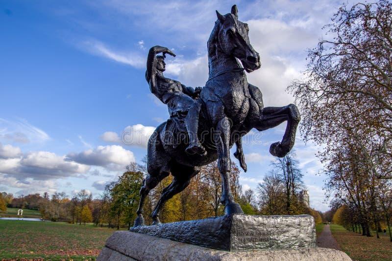 LONDRA, INGHILTERRA 9 NOVEMBRE 2018 La scultura del cavaliere del cavallo ha chiamato Physical Energy fotografie stock libere da diritti