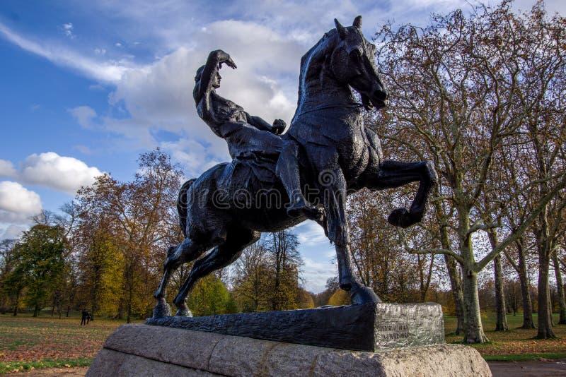 LONDRA, INGHILTERRA 9 NOVEMBRE 2018 La scultura del cavaliere del cavallo ha chiamato Physical Energy immagini stock libere da diritti
