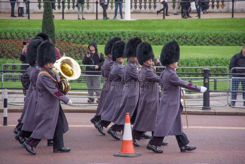 LONDRA, INGHILTERRA - 9 NOVEMBRE 2018: Orchestra del soldato che marcia sulla via in uniforme tradizionale Cerimonia di Buckingha fotografia stock libera da diritti