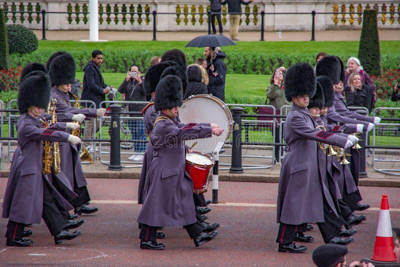 LONDRA, INGHILTERRA - 9 NOVEMBRE 2018: Orchestra del soldato che marcia sulla via in uniforme tradizionale Cerimonia di Buckingha immagine stock libera da diritti