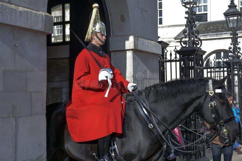 LONDRA, Inghilterra Regno Unito - 15 febbraio 2016: Guardia di vita del ` s di The Queen di Sua Maestà Soldiers dalla cavalleria  fotografia stock libera da diritti