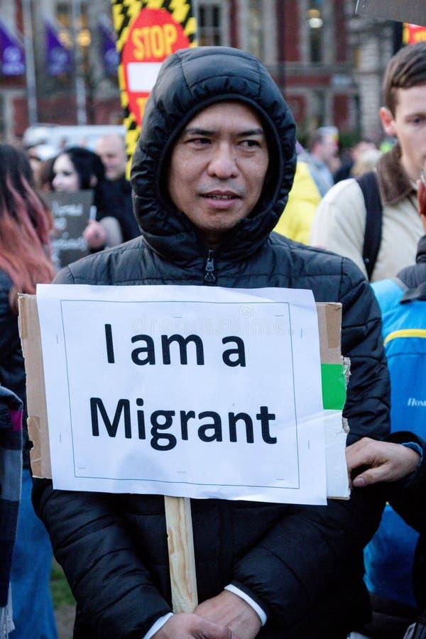 Londra, Kingdon unito - 20 febbraio 2017: I dimostranti si riuniscono nel quadrato del Parlamento per protestare l'invito negli S immagine stock libera da diritti