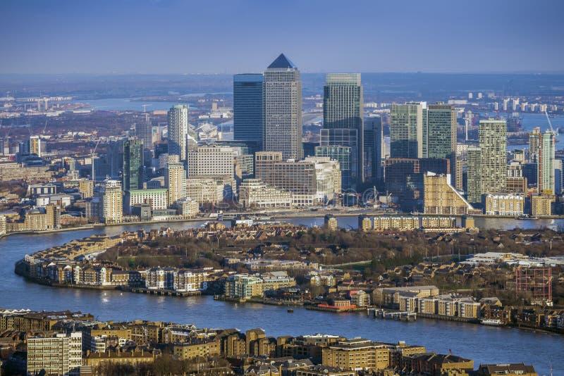 Londra, l'Inghilterra - vista aerea del Tamigi ed i grattacieli di Canary Wharf immagini stock