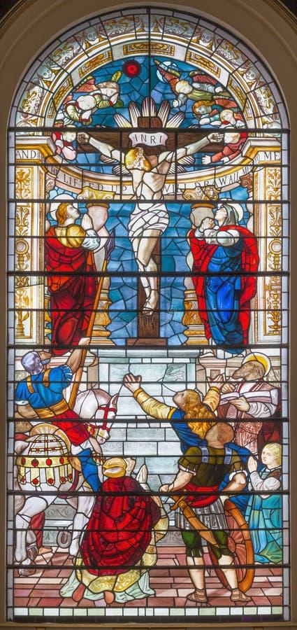 Londra - la crocifissione di Gesù sul vetro macchiato nella st Botolph della chiesa senza Bishopsgate fotografia stock libera da diritti