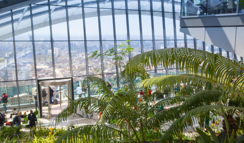 Londra, la gente nel ristorante della costruzione del walkie-talkie del giardino del cielo fotografia stock