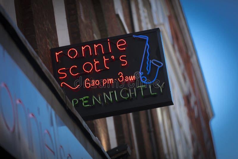 Londra, la grande Londra, il Regno Unito, il 7 febbraio 2018, un segno e un logo per la barra di jazz degli scotts di Ronnie fotografia stock