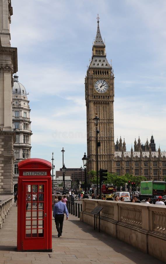 LONDRA - 25 LUGLIO: Traffico di Londra con la cabina telefonica rossa e Big Ben il 25 luglio 2013 a Londra, Inghilterra fotografie stock