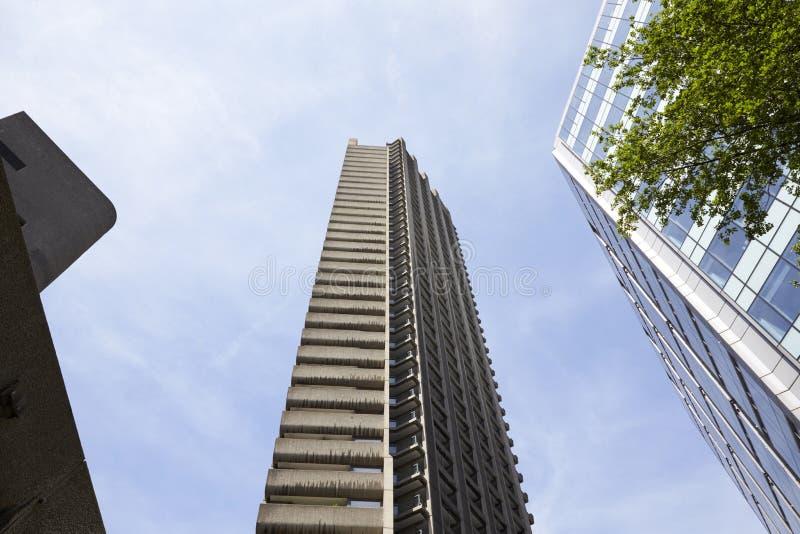 LONDRA - MAGGIO 2017: Una vista di angolo basso di tre alti blocchetti di torre di aumento contro cielo blu, città di Londra, Lon fotografie stock