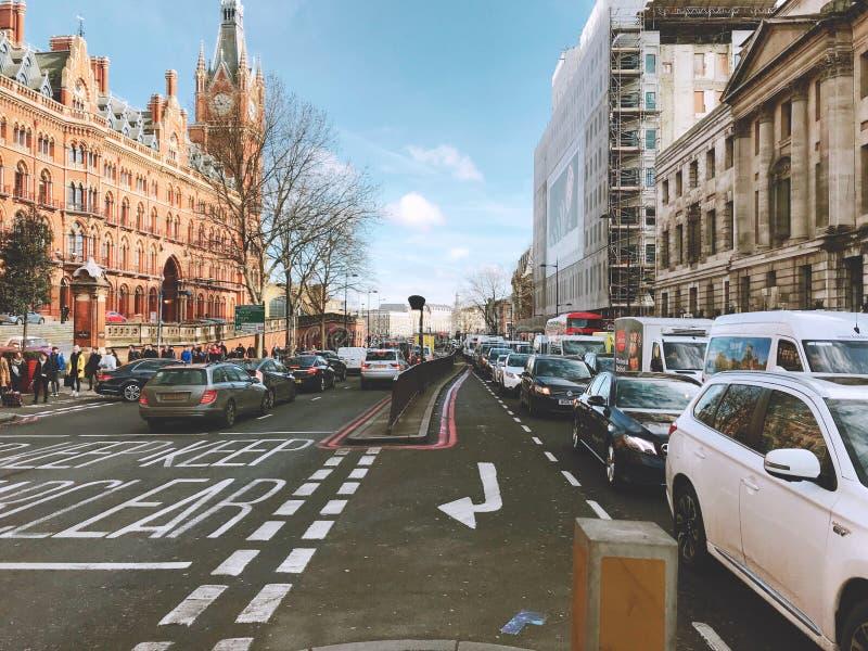 Londra in mezzo alla vista della via fotografie stock