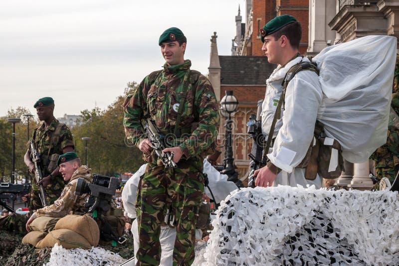 LONDRA - 12 NOVEMBRE: Soldati regolari nella parata al Lor fotografie stock