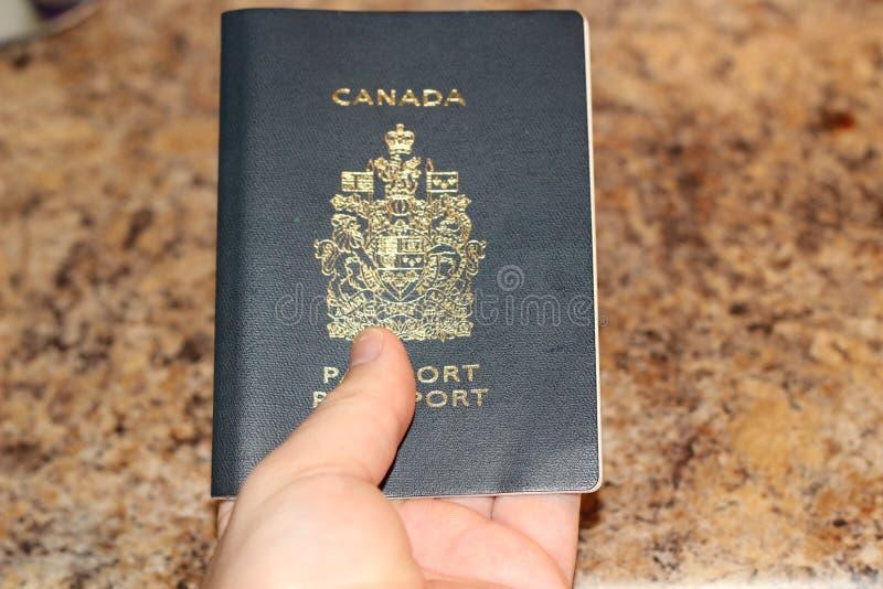LONDRA ONTARIO CANADA - 1° FEBBRAIO 2018, FOTO EDITORIALE DI UN UOMO CHE TIENE UN PASSAPORTO CANADESE CHE ILLUSTRA CONCETTO DI fotografia stock