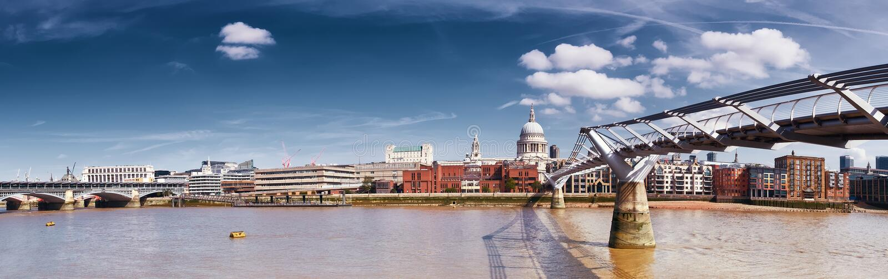 Londra, panorama della cattedrale del ` s di St Paul e del ponte di millennio fotografie stock