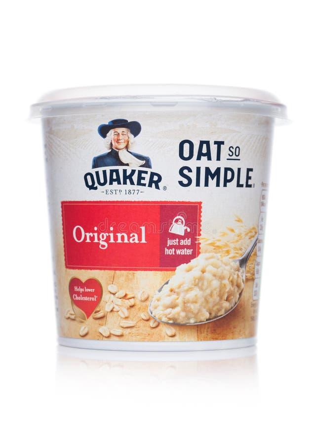 LONDRA, REGNO UNITO - 1° MARZO 2019: Tazza dell'originale così semplice del porridge dell'avena di Quaker su fondo bianco Aggiung fotografie stock