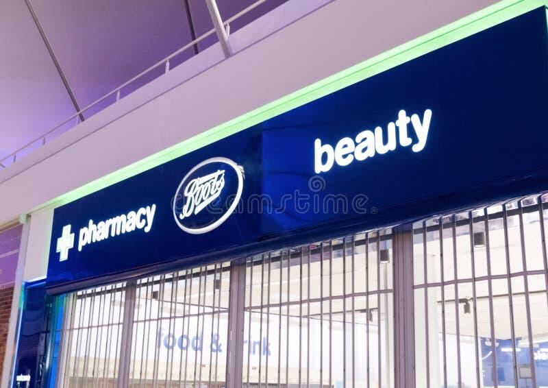 LONDRA, REGNO UNITO - 31 AGOSTO 2018: Esposizione della farmacia e degli stivali nel centro commerciale immagini stock
