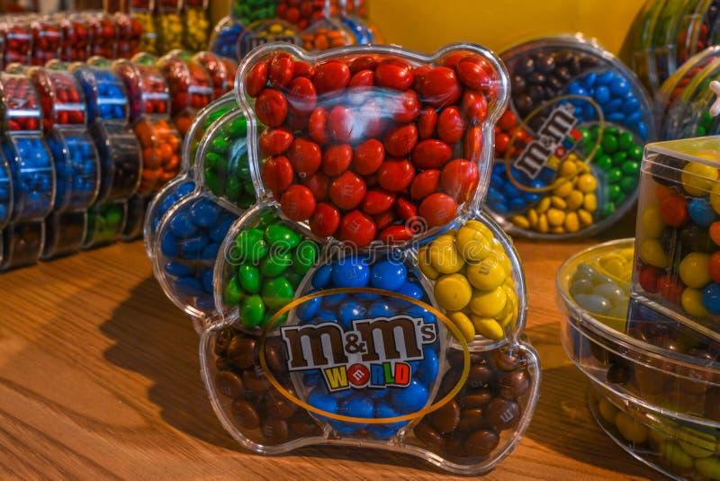Londra, Regno Unito - 7 agosto 2018: Le caramelle di cioccolato variopinte del ` s di M&M in orsacchiotto hanno modellato i conte fotografie stock