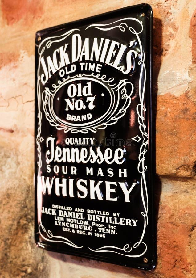 LONDRA, REGNO UNITO - 31 AGOSTO 2018: Retro piatto d'acciaio d'annata dell'esposizione di Jack Daniels sul muro di mattoni fotografia stock