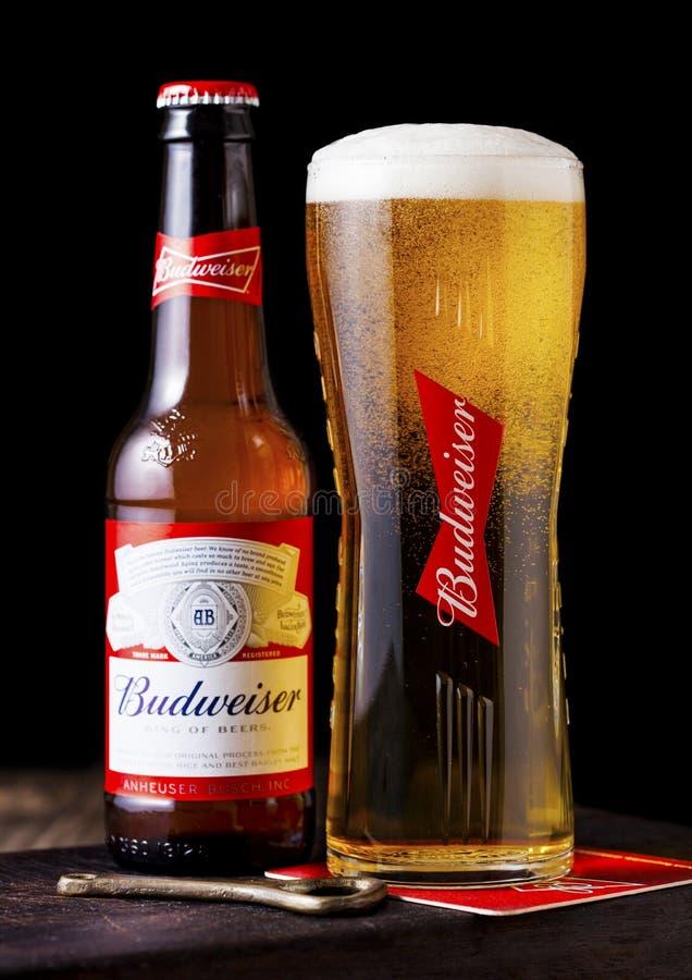 LONDRA, REGNO UNITO - 27 APRILE 2018: Bottiglia di vetro della birra di Budweiser su w immagine stock libera da diritti