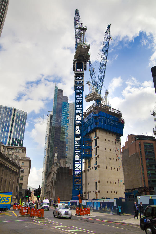 LONDRA, REGNO UNITO - 24 APRILE 2014: Cantiere con le gru nella città di Londra una dei centri principali di finanza globale immagini stock