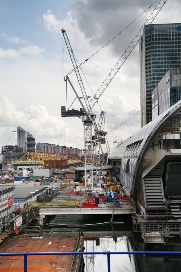 LONDRA, REGNO UNITO - 24 APRILE 2014: Cantiere con le gru nella città di Londra una dei centri principali di finanza globale fotografia stock libera da diritti