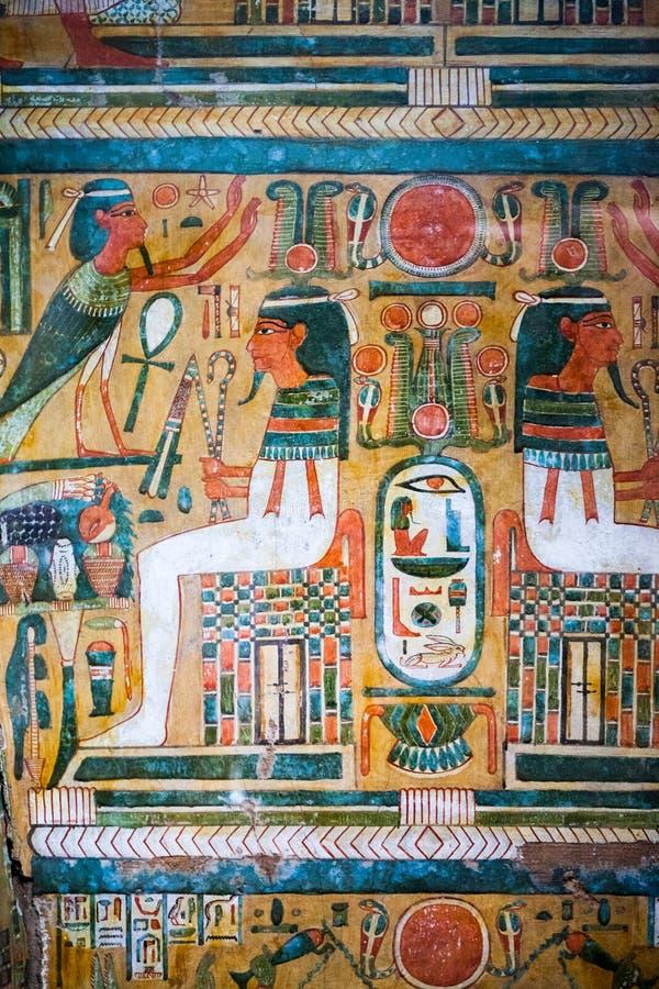 LONDRA, Regno Unito, BRITISH MUSEUM - scene dipinte sulle bare egiziane fotografia stock libera da diritti
