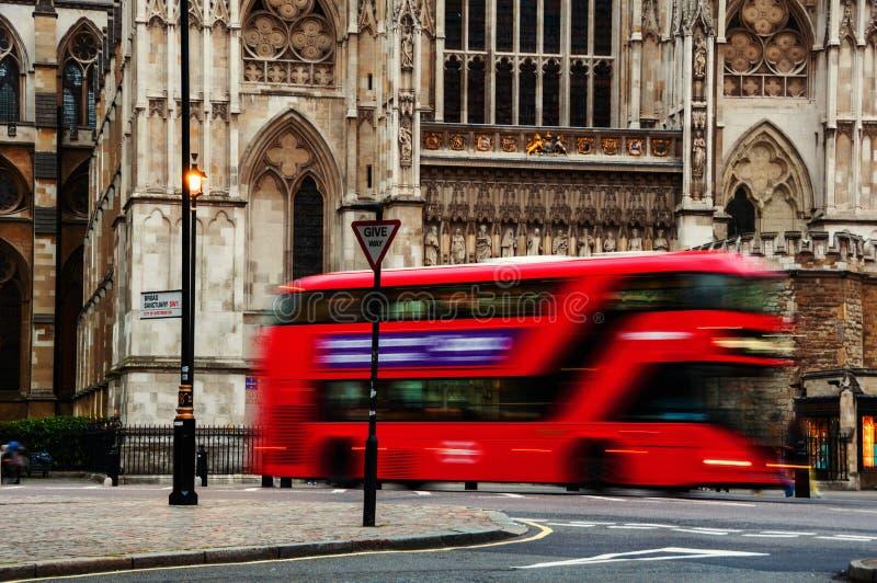 Londra, Regno Unito Bus a due ponti rosso vago moto fotografia stock
