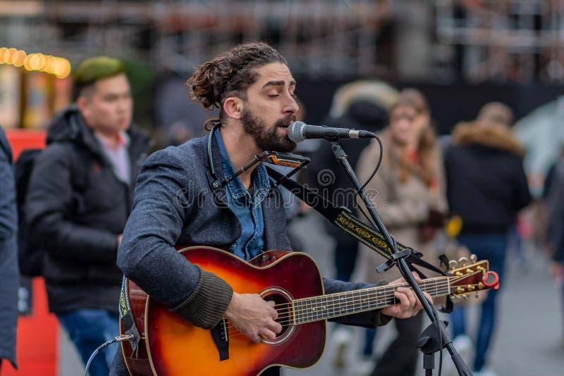 Londra, Regno Unito - 17, dicembre 2018: Cantante del musicista ambulante in via di Londra fotografia stock