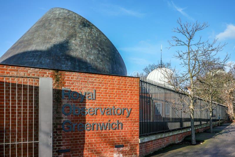 Londra, Regno Unito - 2 febbraio 2019: Etichetta reale di Greenwich dell'osservatorio sul muro di mattoni vicino all'entrata, RGO immagini stock