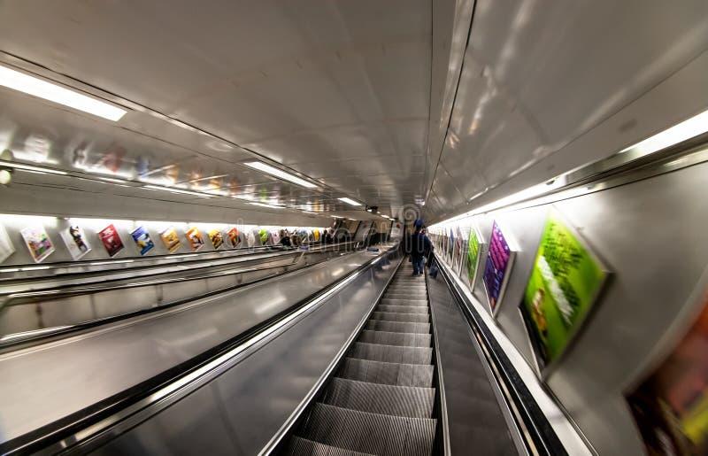 Londra, Regno Unito - 17 febbraio 2007: Guidando giù gli elevatori in tubo di Londra, foto estrema fisheye/grandangolare fotografia stock