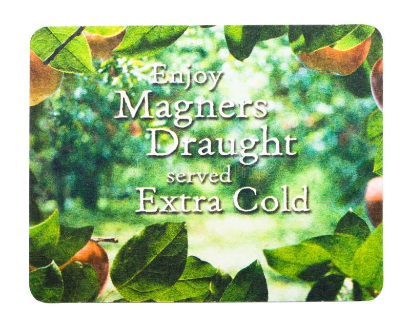LONDRA, REGNO UNITO - 4 FEBBRAIO 2018: Sottobicchiere originale del beermat del sidro di Magners isolato su bianco fotografie stock