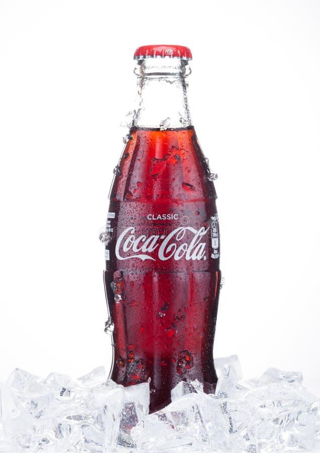 LONDRA, REGNO UNITO - 20 GENNAIO 2018: Bottiglia del vetro a freddo della bevanda di Coca Cola con ghiaccio e rugiada su bianco L fotografia stock libera da diritti