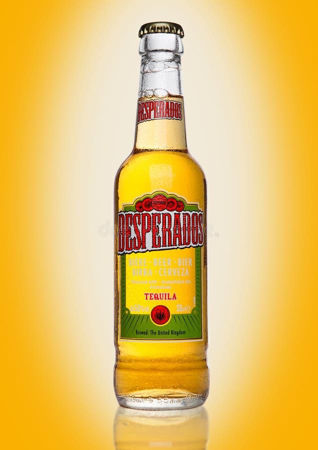 LONDRA, REGNO UNITO - 2 GENNAIO 2017: La bottiglia della birra dei fuorileggi su fondo giallo, lager condita con la tequila è un  fotografia stock