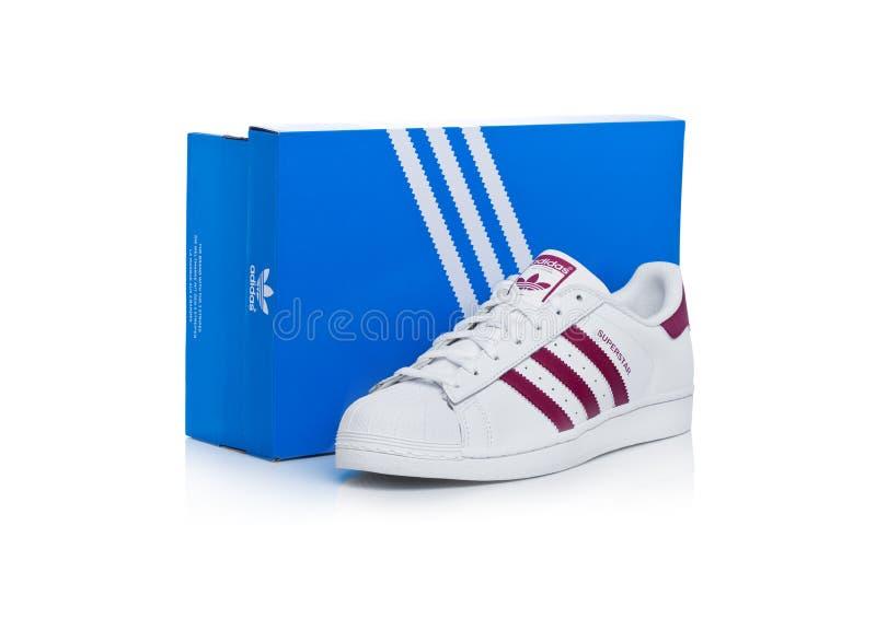 LONDRA, REGNO UNITO - 12 GENNAIO 2018: Scarpe rosse del superstar di originali di Adidas con la scatola su bianco Società multina immagine stock