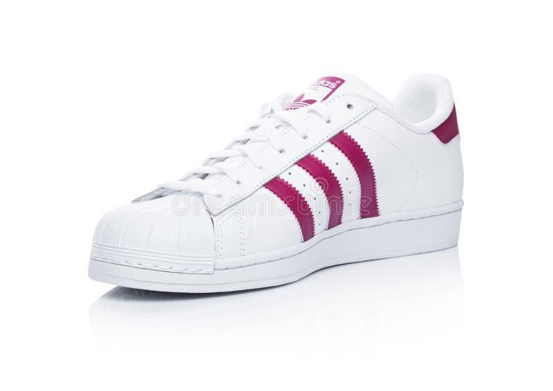 LONDRA, REGNO UNITO - 12 GENNAIO 2018: Scarpe rosse del superstar di originali di Adidas su bianco Società multinazionale tedesca fotografia stock
