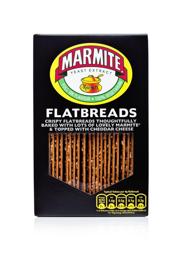 LONDRA, REGNO UNITO - 10 GENNAIO 2018: Scatola dell'estratto di lievito del Marmite dei flatbreads su bianco Il prodotto è fatto  immagini stock
