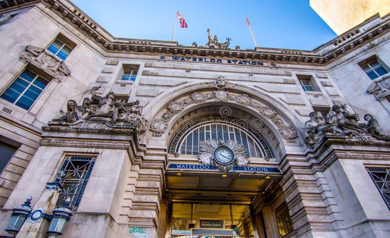 Londra, Regno Unito - 20 gennaio 2017: Treno e stazione della metropolitana di Waterloo immagini stock libere da diritti