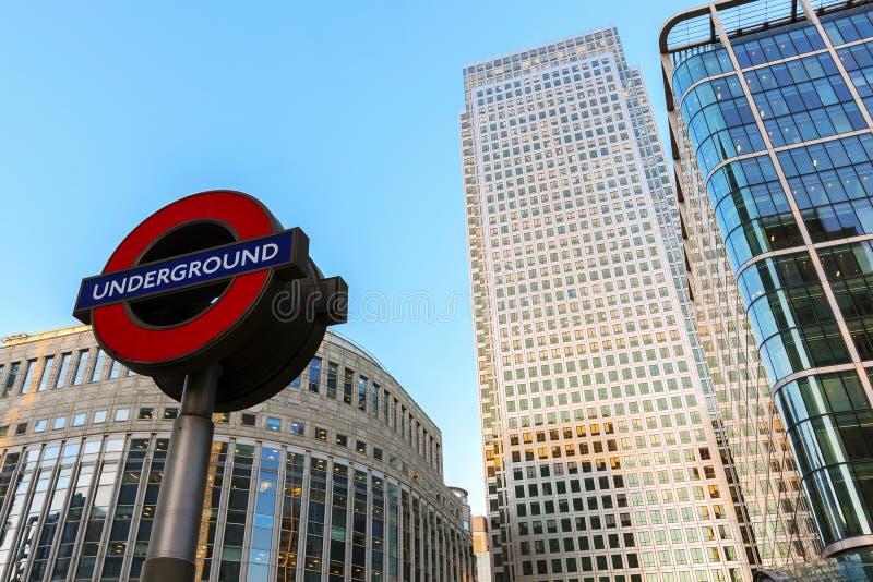 LONDRA, Regno Unito - Gennary 5, 2019: La stazione della metropolitana di Canary Wharf davanti alle costruzioni di affari ha spar fotografie stock