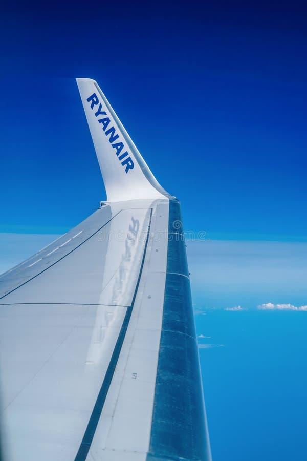 Londra, Regno Unito - 19 giugno 2019: Ala di aereo e cielo blu di Boeing 737 attraverso la finestra piana fotografie stock