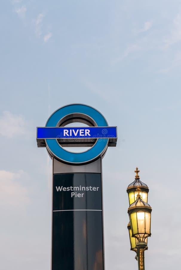 LONDRA, REGNO UNITO - 12 GIUGNO: Il segno del pilastro di Westminster ferries la st fotografia stock