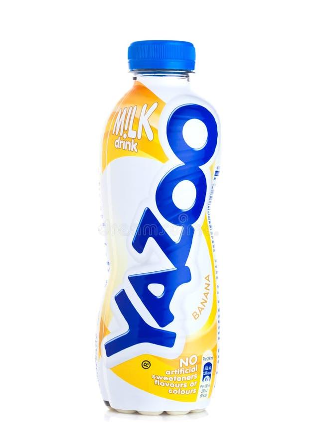 LONDRA, REGNO UNITO - 23 GIUGNO 2018: Le bottiglie di plastica del bannana di Yazoo bevono su bianco immagini stock libere da diritti