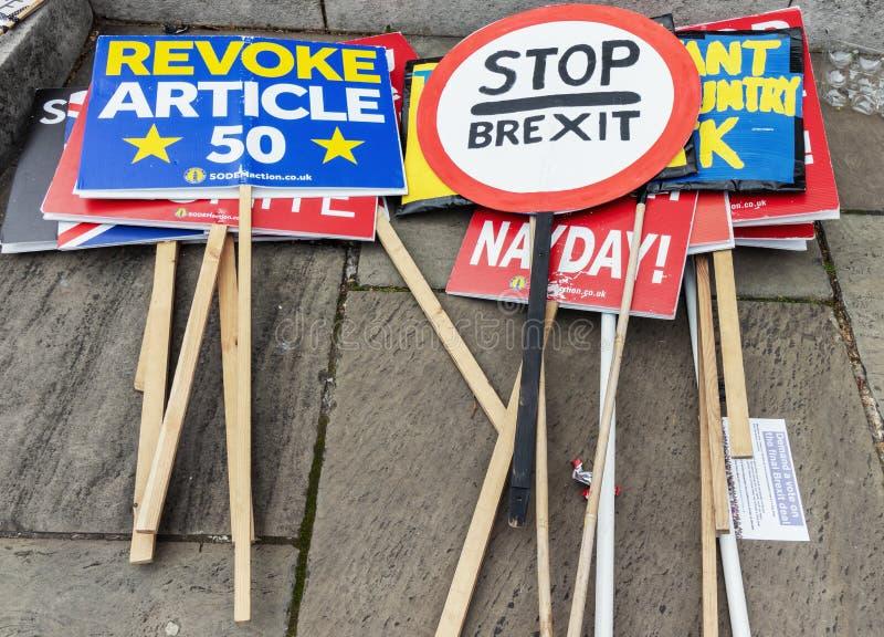 Londra/Regno Unito - 26 giugno 2019 - segni Pro-UE e cartelli anti--Brexit sulla terra ad una dimostrazione di fronte al Parlamen immagini stock libere da diritti