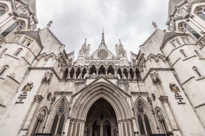 Londra/Regno Unito, il 6 agosto 2019 - entrata alla Corte di Giustizia reale sul filo a Londra centrale immagine stock libera da diritti